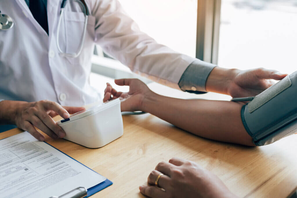 mierzenie ciśnienia przez lekarza